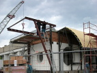 Montáž ocelové konstrukce přístřešku západní fasády