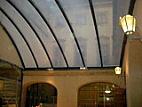 Ocelová konstrukce střechy dvora Nosticova paláce již s přetlakovými polštáři z ETFE folie