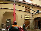 Montáž ocelových svařených ohýbaných H profilů střechy Nosticova paláce